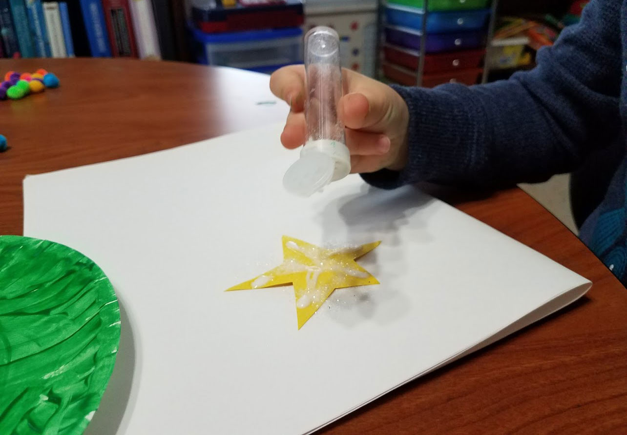decorating-star-with-glitter